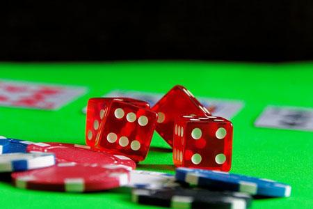 Spielwürfel und Chips im Casino | Foto: pixabay.com, CC0 Public Domain