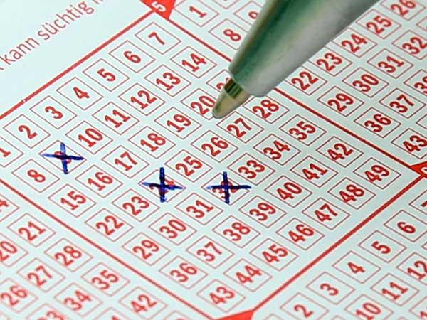 Wer Lotto spielt, füllt einen erworbenen Schein aus und wartet bei der Ziehung auf seine Zahlen. | Foto: Hermann, pixabay.com, CC0 Creative Commons