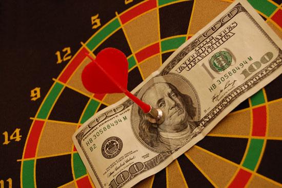 Dollar Schein an Dartscheibe | Foto: cilfa, pxhere.com, CC0 Öffentliche Domäne